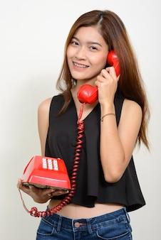 Jovem e linda mulher asiática contra o espaço em branco