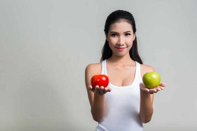 Jovem e linda mulher asiática pronta para a academia contra o espaço em branco