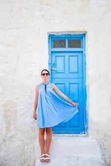Jovem e linda mulher de férias em mykonos