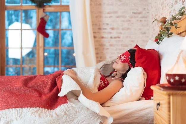 Jovem e linda mulher dormindo na cama dela