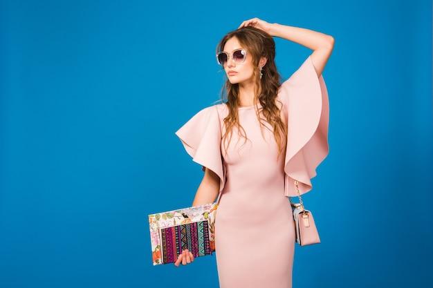 Jovem e linda mulher elegante em um vestido rosa