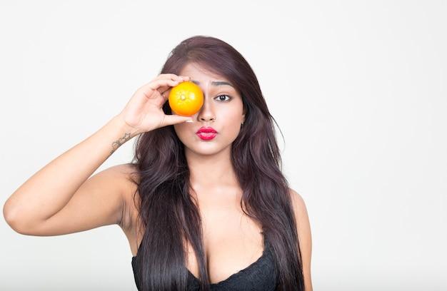 Jovem e linda mulher indiana vestindo roupas íntimas como um conceito saudável contra uma parede branca
