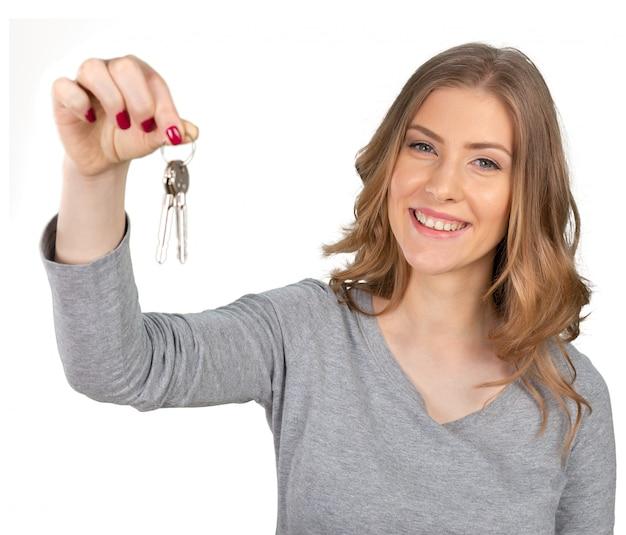 Jovem e linda mulher segurando um monte de chaves