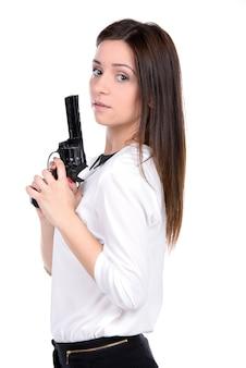 Jovem e linda mulher segurando uma arma