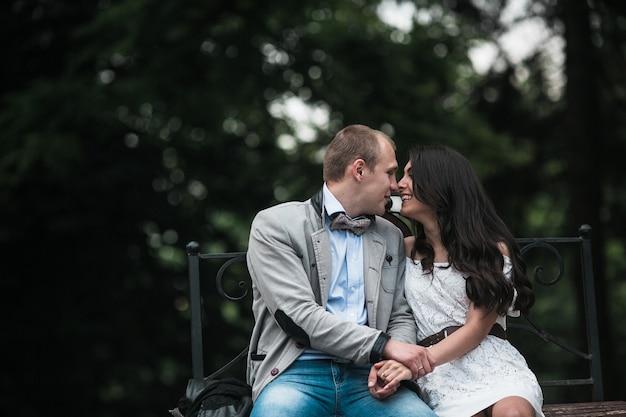Jovem e lindo casal europeu se divertindo no fundo da cidade