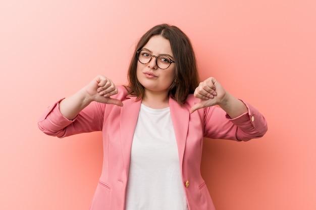 Jovem e mais mulher de negócios de tamanho de tamanho se sente orgulhoso e auto confiante, exemplo a seguir.