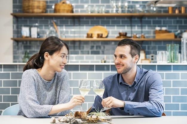 Jovem e mulher brindando