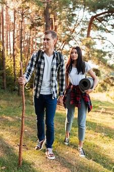 Jovem e mulher caminhando na natureza