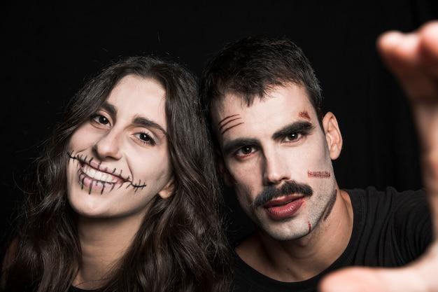 Jovem e mulher com maquiagem de halloween