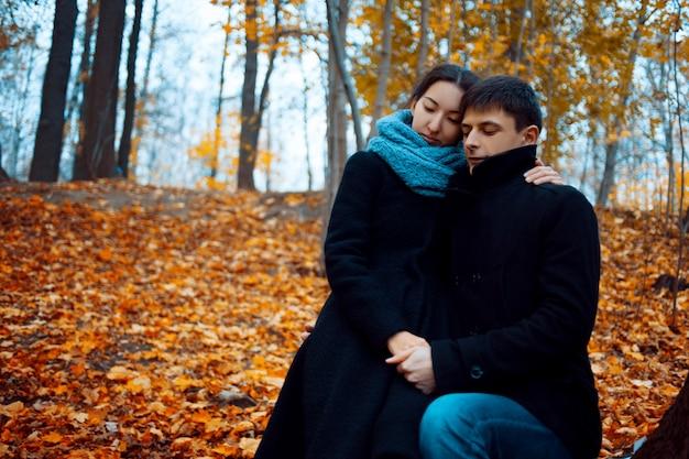 Jovem e mulher com roupas quentes de outono, casaco de caxemira