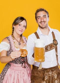 Jovem e mulher comemorando oktoberfest