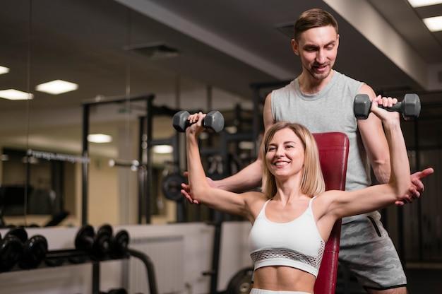 Jovem e mulher exercitando juntos