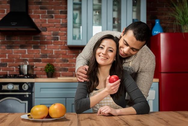 Jovem e mulher juntos no amor
