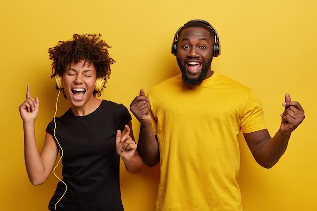 Jovem e mulher ouvindo música em fones de ouvido