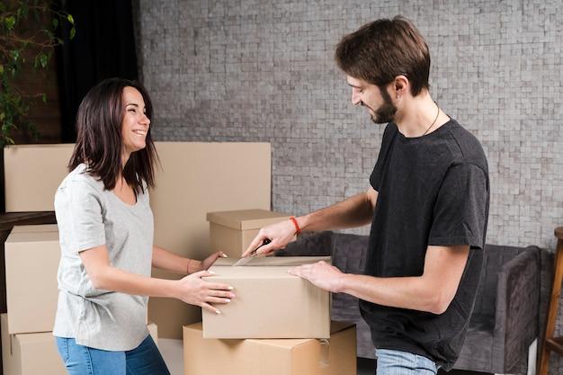 Jovem e mulher se preparando para mover
