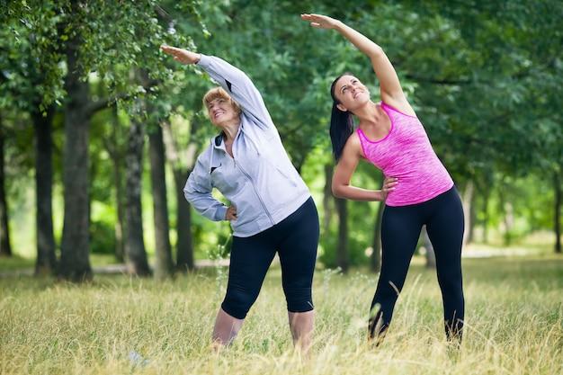 Jovem e mulher sênior fazendo esportes ao ar livre
