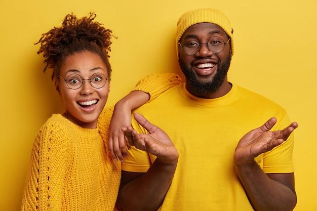 Jovem e mulher sorrindo e posando