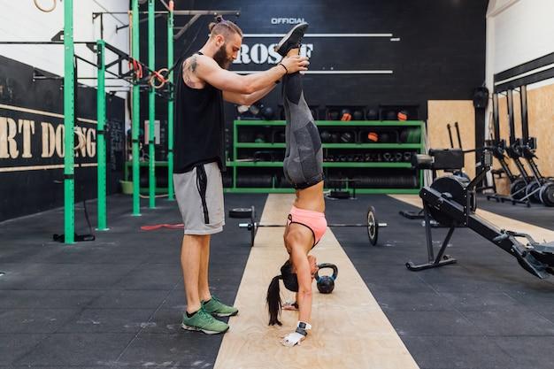 Jovem e mulher treinando juntos