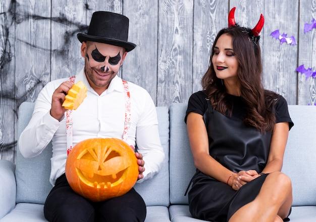 Jovem e mulher vestida para o halloween