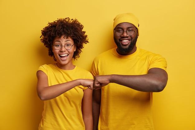 Jovem e mulher vestidos de amarelo Foto gratuita