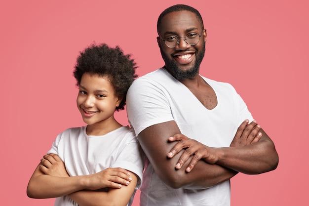 Jovem e seu filho com cabelo encaracolado