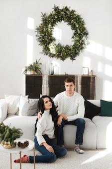 Jovem e uma linda mulher posando decorada para o interior da festa de ano novo