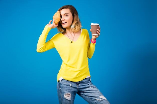 Jovem elegante e atraente com blusa amarela sobre azul