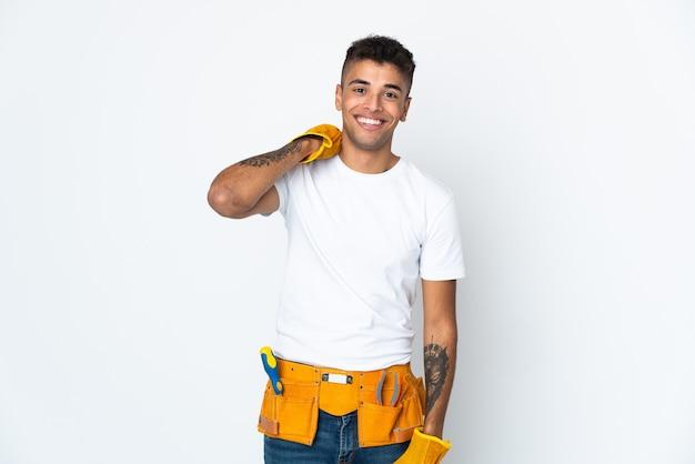Jovem eletricista brasileiro manipulado isolado em parede branca rindo