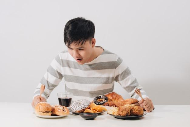 Jovem em casa com uma dieta não saudável