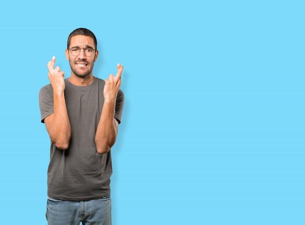 Jovem em causa, fazendo um gesto de dedos cruzados