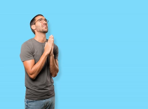Jovem em causa orando gesto