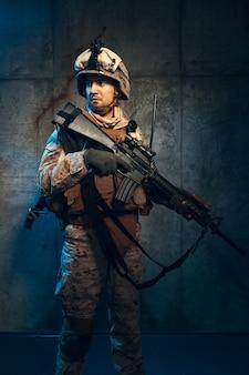 Jovem em equipamento militar, um soldado mercenário nos tempos modernos