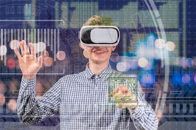 Jovem em óculos virtuais, trabalhando com gráficos, holograma em torno dele