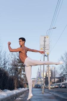 Jovem em posição de balé elegante