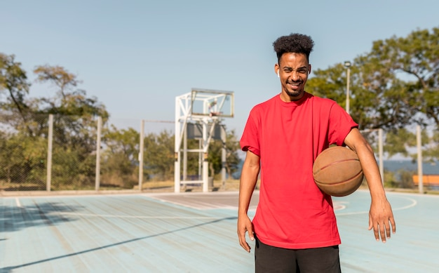 Jovem em um campo de basquete