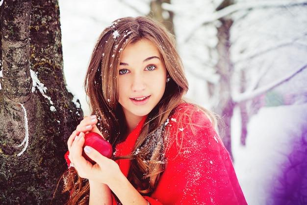 Jovem em uma caminhada na floresta de inverno