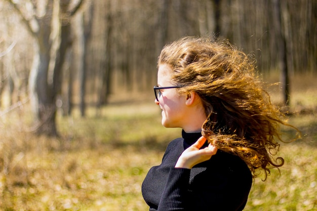 Jovem em uma caminhada na floresta. lazer ativo. emoções positivas