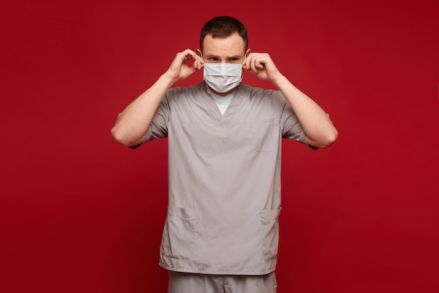 Jovem em uniforme médico