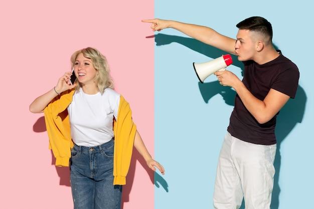 Jovem emocional e mulher em rosa e azul