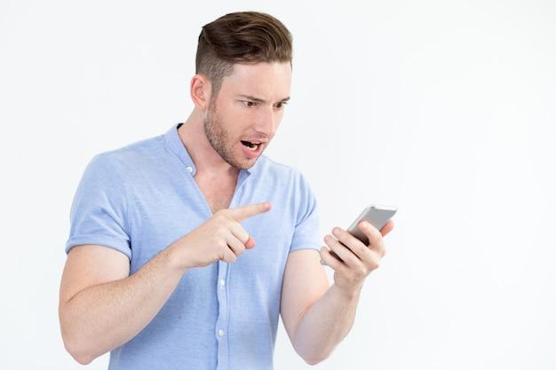 Jovem emocional que chora no smartphone