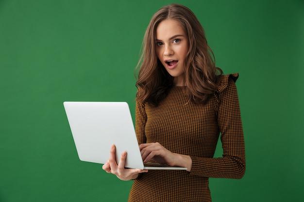 Jovem emocional segurando um laptop