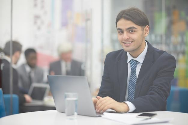 Jovem empreendedor do oriente médio