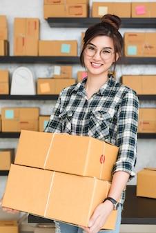 Jovem empreendedor, empresário adolescente trabalha em casa, estilo de vida de geração alfa. preparar encomendas para entrega