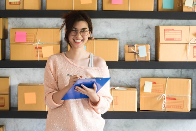 Jovem empreendedor, empresário adolescente trabalha em casa, estilo de vida de geração alfa. sorria e ria alegremente