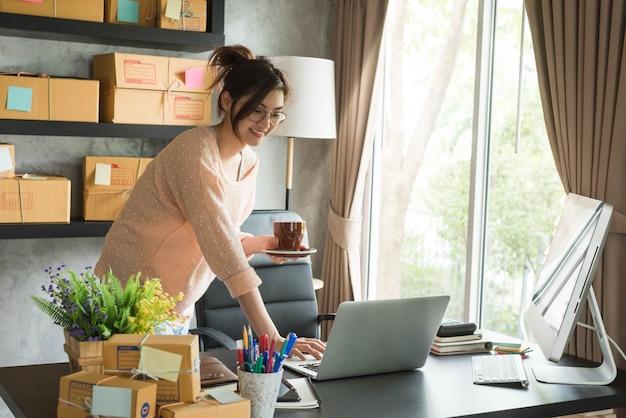 Jovem empreendedor, empresário adolescente trabalha em casa, estilo de vida geração alfa, marketing on-line conceitual