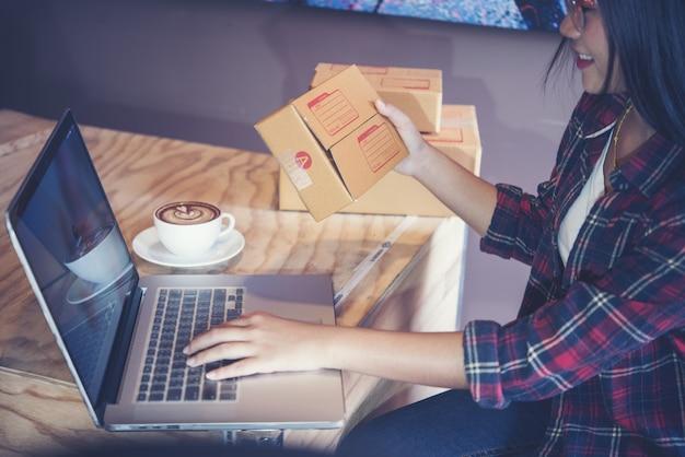 Jovem empreendedor, empresário de adolescente trabalhar em casa, caixa para entrega
