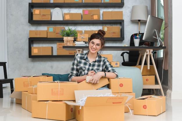 Jovem empreendedor, empresário empresário trabalha em casa, estilo de vida geração alfa, negócios on-line conceitual