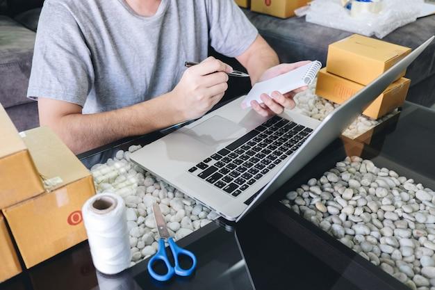 Jovem, empreendedor, sme, freelance, homem, trabalhando, com, nota, embalagem, ordem, caixa, entrega, mercado online