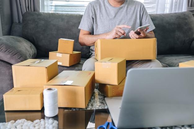 Jovem, empreendedor, sme, freelance, homem, trabalhando negócio online, usando, esperto, telefone