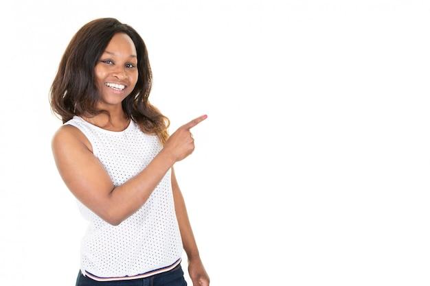 Jovem empresária afro-americano em você apontando o espaço esquerdo da cópia vazio para o texto